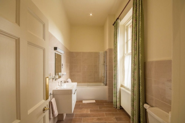 Deluxe Ensuite Bathroom
